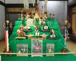 古民家に 大正から昭和にかけての五月人形がズラリ