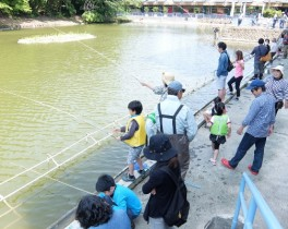 竹山団地のひろ~い池で釣り大会が開催されました。